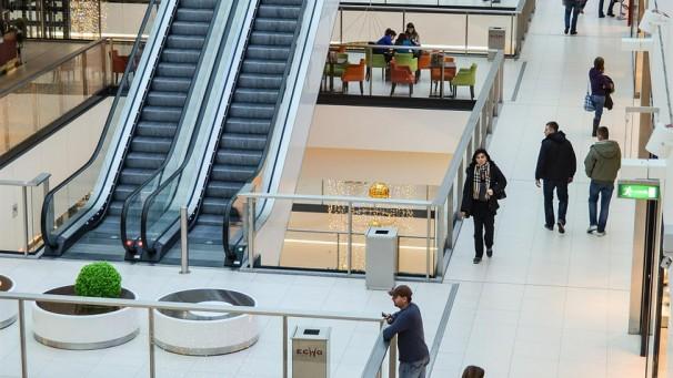 Consumidores brasileiros fazem compras para relaxar aponta estudo Ipsos MediaCT
